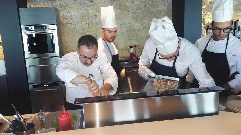 Presentata La Scuola Di Cucina Kitchenaid A Palazzo Petrucci Con Lo Chef Stellato Lino Scarallo Gazzetta Di Napoli