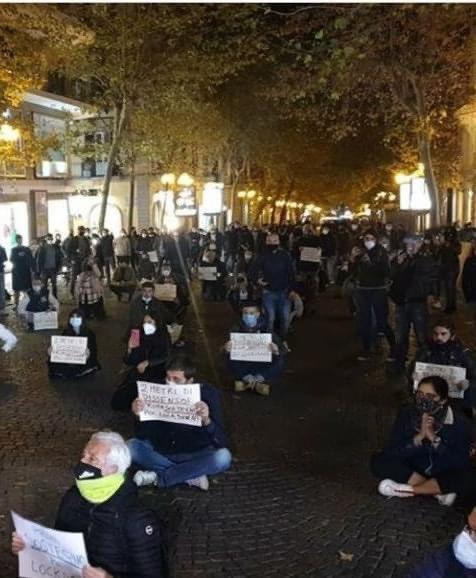 No Lockdown Manifestazione Al Vomero Contro De Luca E Conte Gazzetta Di Napoli