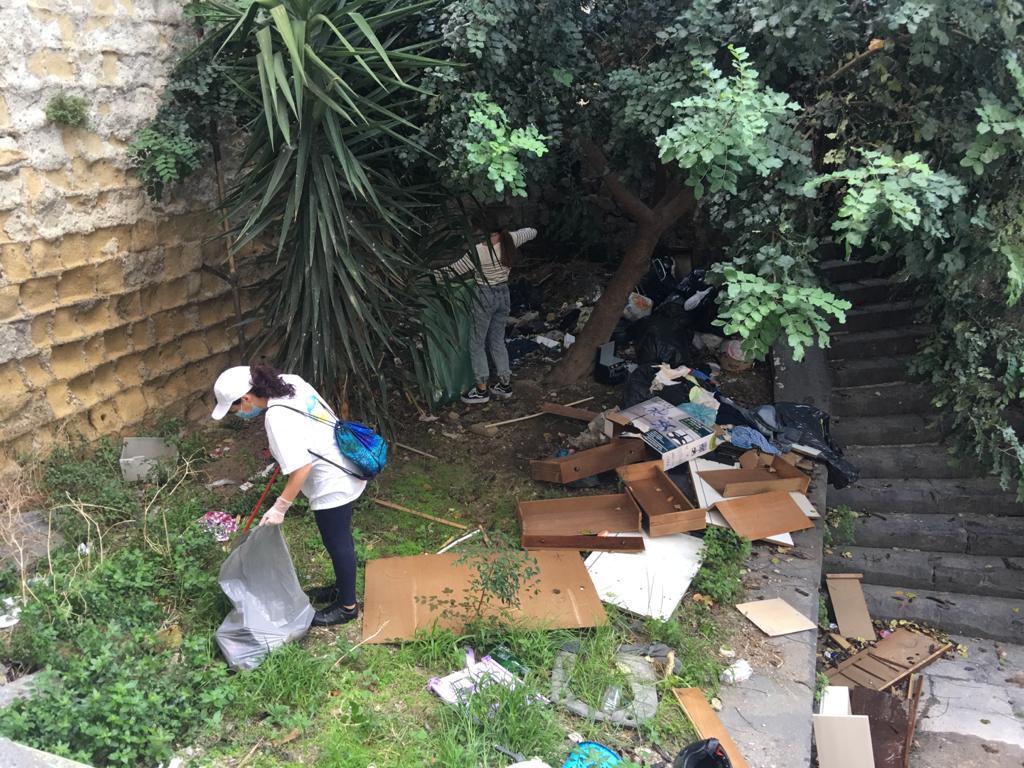 I volontari di La Via della Felicità ripuliscono le Scale di San Pasquale.  - Gazzetta di Napoli